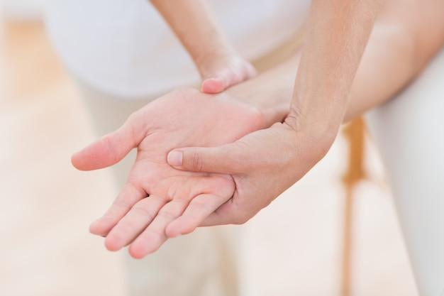 Физиотерапевт делает массаж рук