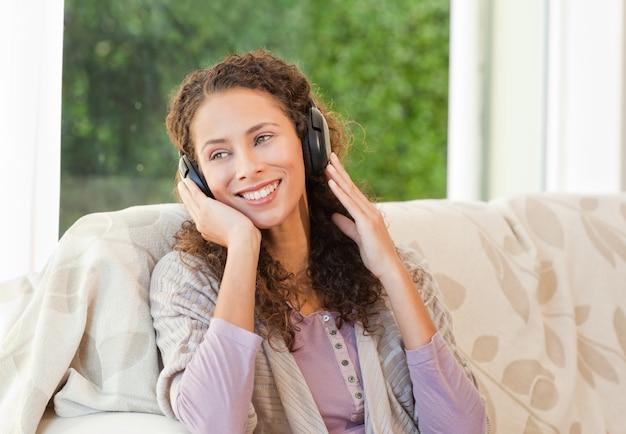 音楽を聴く光る女性