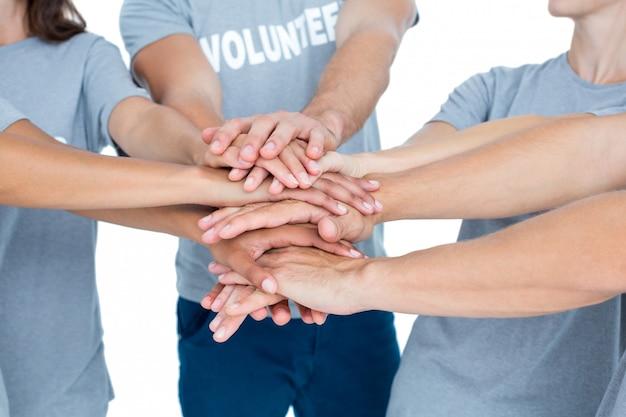 ボランティアの友人たちが手を合わせる