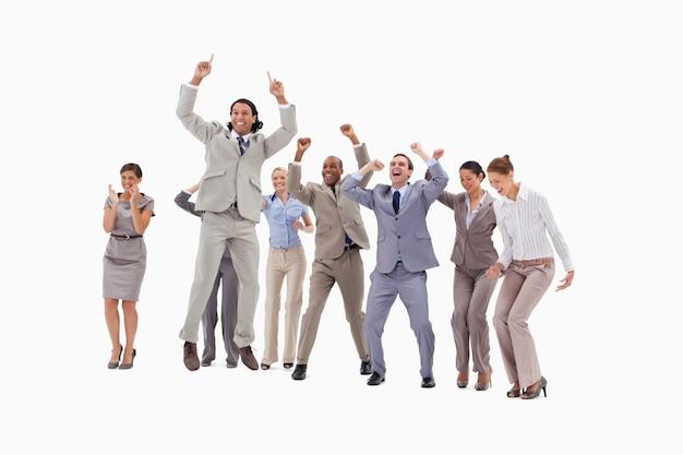 Люди с большим энтузиазмом прыгают и поднимают оружие