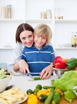世話をする母とその息子の料理