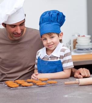 Отец и сын выпекают на кухне