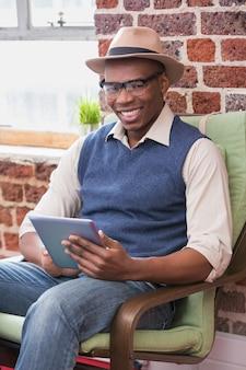 デジタルタブレットを使用して笑顔の男