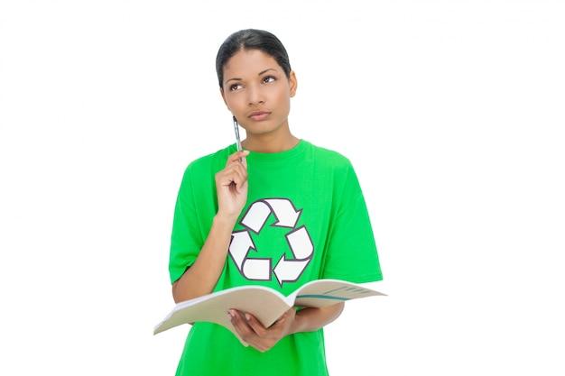 Задумчивая модель носить переработку футболки проведения ноутбук