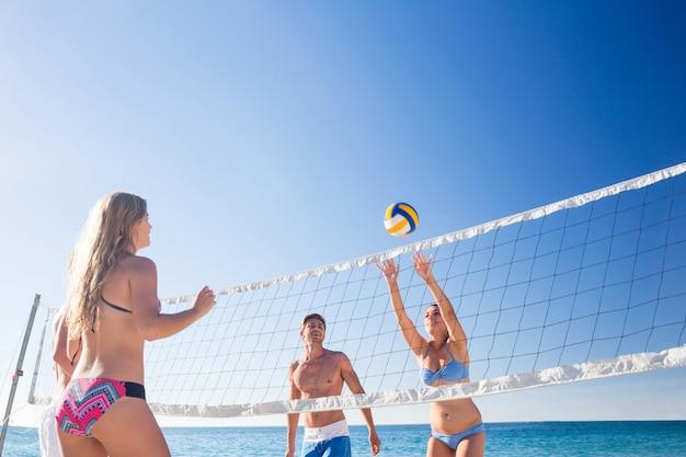 Группа друзей, играющих в волейбол