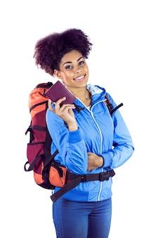彼女のパスポートを見せる若い女性