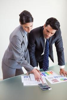 Портрет сфокусированных продавцов, изучающих их результаты