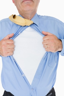 Человек разрывает рубашку