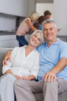 ソファーに座っている高齢者のカップル