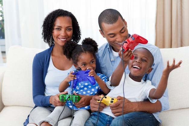 Счастливая афро-американская семья, играющая в видеоигры