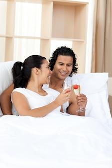 若いカップルはシャンパンで焼く