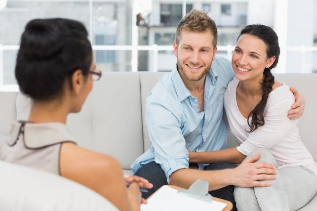 セラピーセッションで和解している笑顔のカップル
