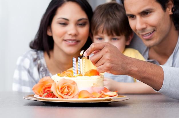 一緒に誕生日を祝う幸せな家族