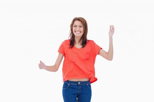 Подросток хихикает поднятыми руками