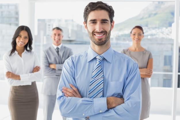 後ろに立つ笑顔のビジネスマンと彼の同僚