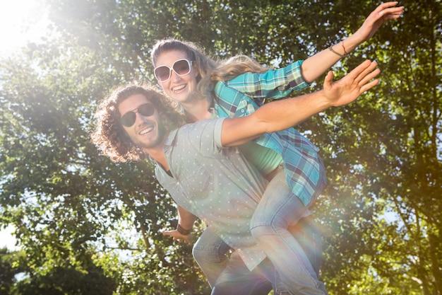 夏の日に公園で楽しいかわいいカップル