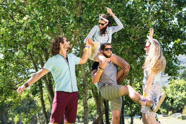夏の日に一緒に楽しむ幸せな友達