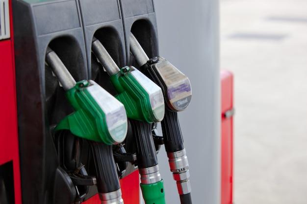 Крупный план форсунок бензиновых насосов на заправочной станции