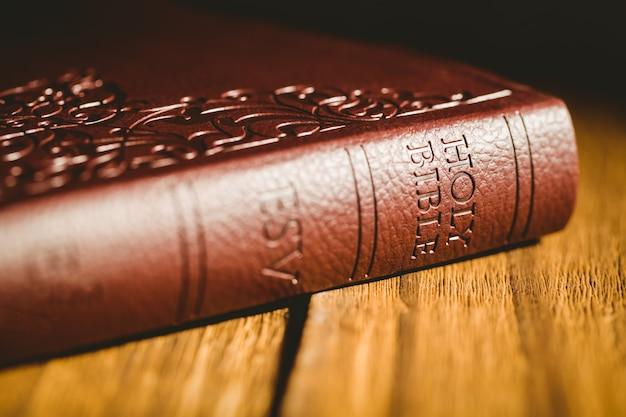 木製テーブル上の聖書