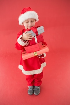 赤い背景に、サンタの衣装のかわいい男の子