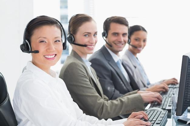 オフィスでコンピュータを使用するヘッドセットを持つビジネスマン