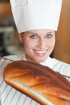ベーカリーパン、明るい女性シェフ