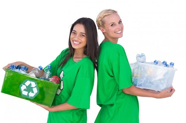 リサイクル可能なボックスを持ち、背中合わせに立っている環境運動家