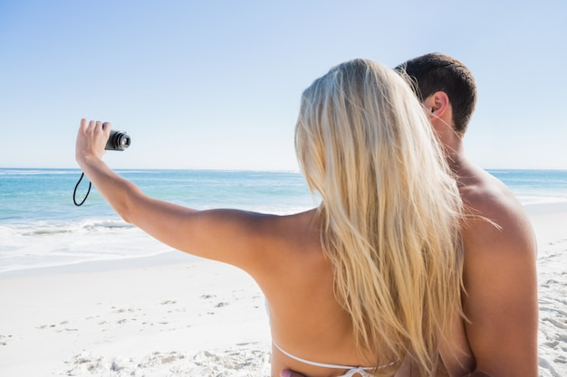 Блондинка фотографирует себя с парнем