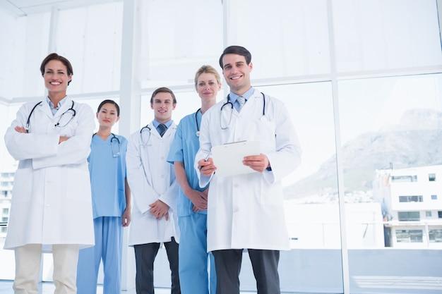 Молодые врачи, стоящие вместе в больнице