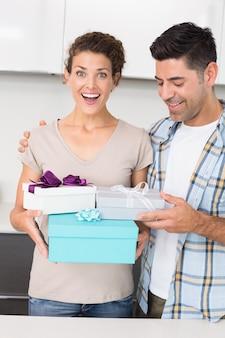 彼女のパートナーから多くの贈り物を持っている衝撃的な女性