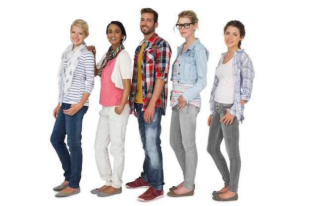 カジュアルな服装をした若者の全身の肖像