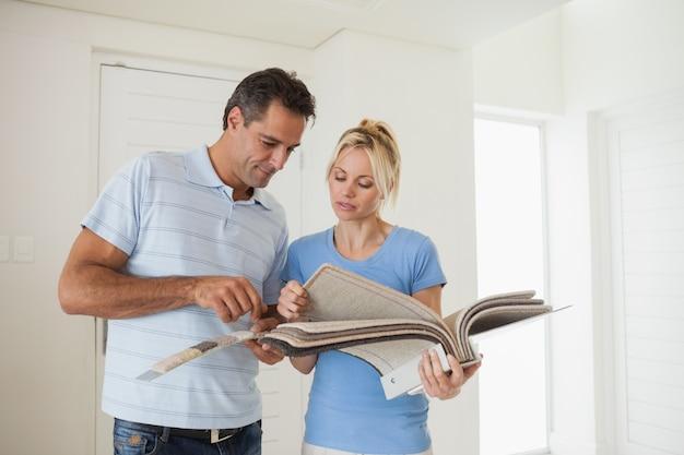 Пара, глядя на цветную книгу в доме