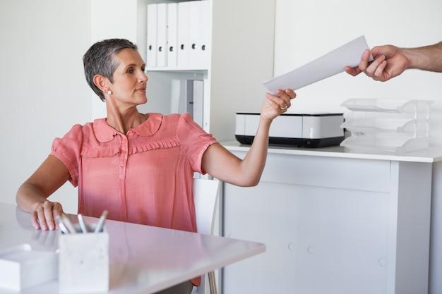 カジュアルなビジネスマンは、同僚に文書を渡す