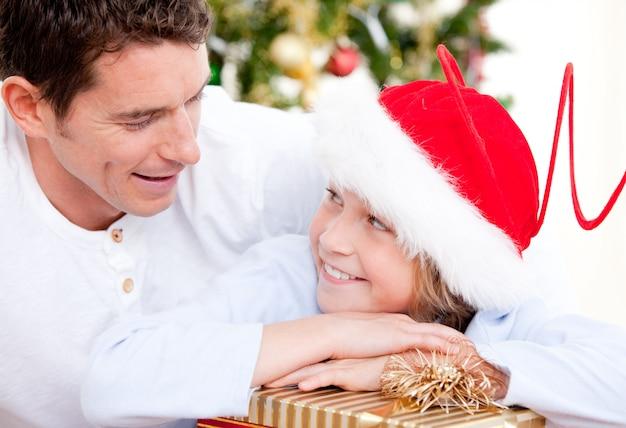 息子とクリスマスを祝う魅力的な父
