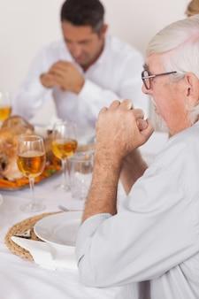 Семья говорит благодать перед едой
