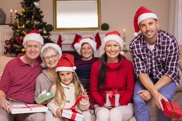 ソファに帽子をかぶった多世帯家族