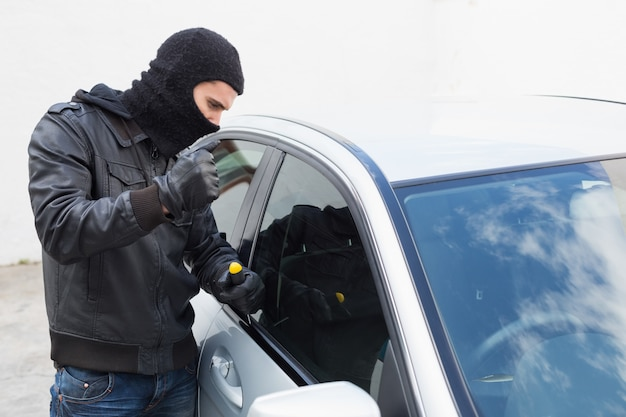 泥棒は車に侵入