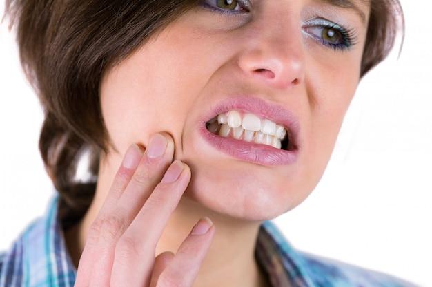歯痛のある美しいブルネット