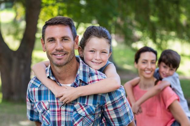 Счастливая семья в парке вместе