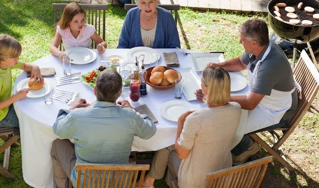 庭で食べる家族