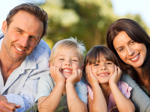 公園に横たわっている家族