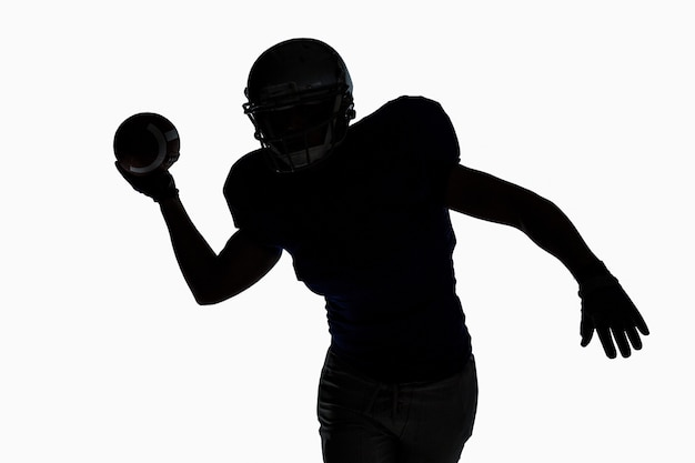 Силуэт спортсмен бросает футбол