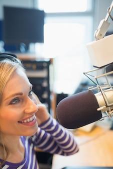 スタジオでの女性ラジオホスト放送