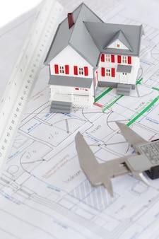 おもちゃの家のモデルとキャリパーの平面図