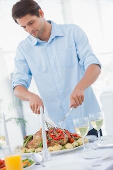 夕食を彫る魅力的な男