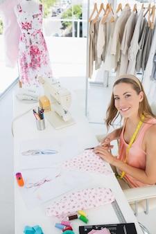 ファブリックデザイナー、若い女性ファッションデザイナー