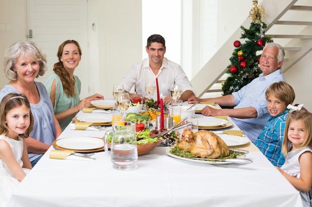 一緒にクリスマスの食事を持っている家族