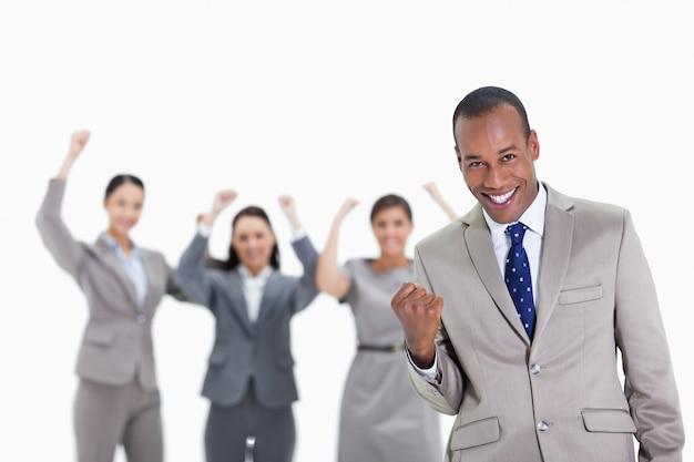 前景の男性と成功したビジネスチーム