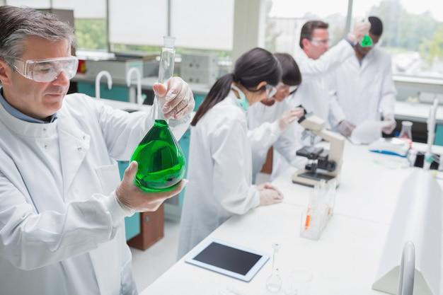 研究室で働く化学者