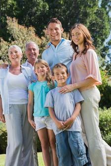公園の幸せな家族と祖父母